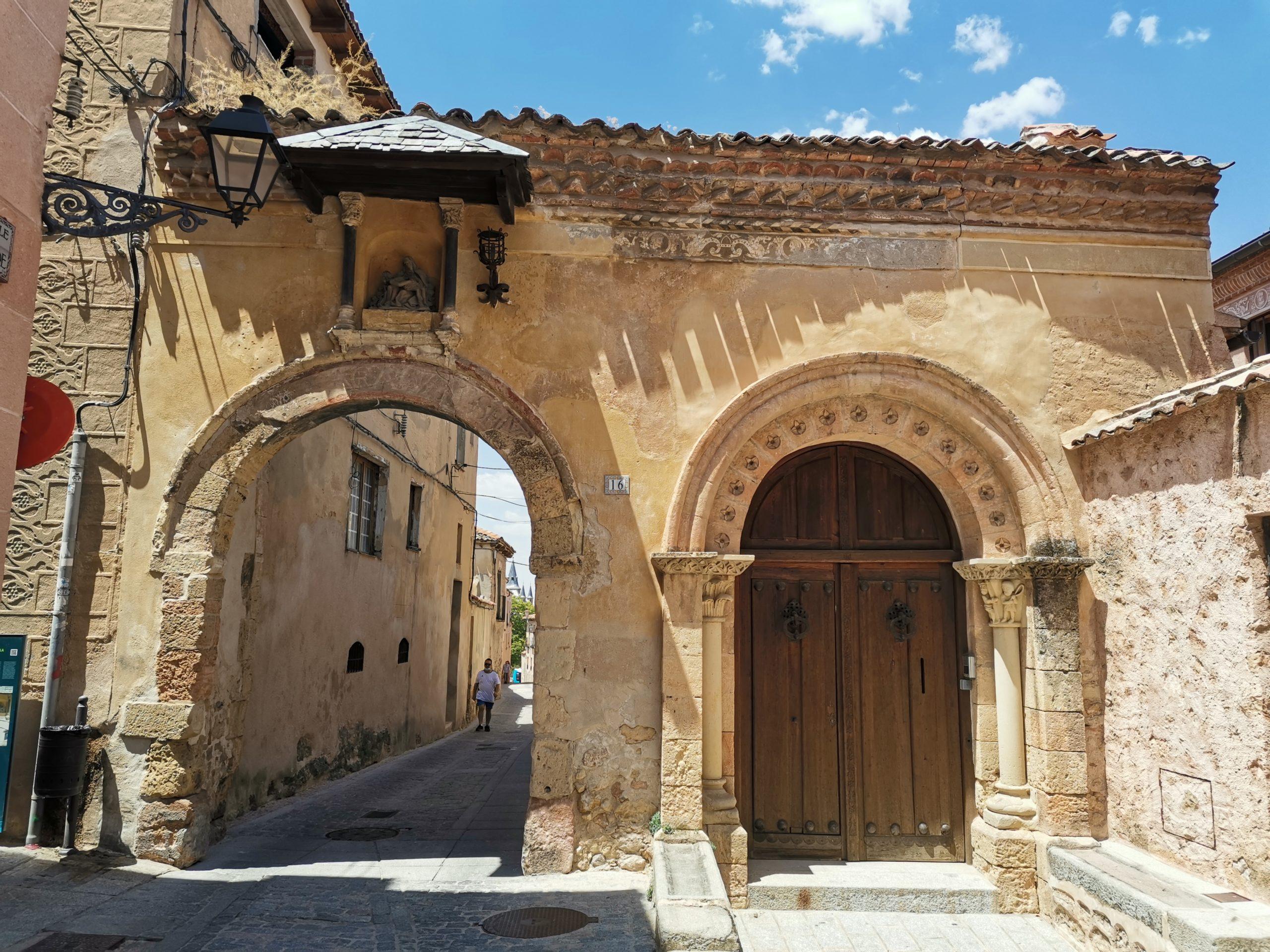 Puerta-de-Canonjías-Segovia