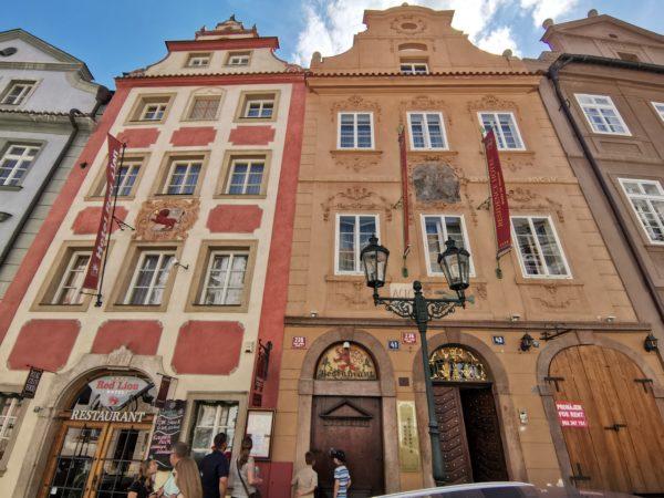 Leon-rojo-Nerudova-Praga